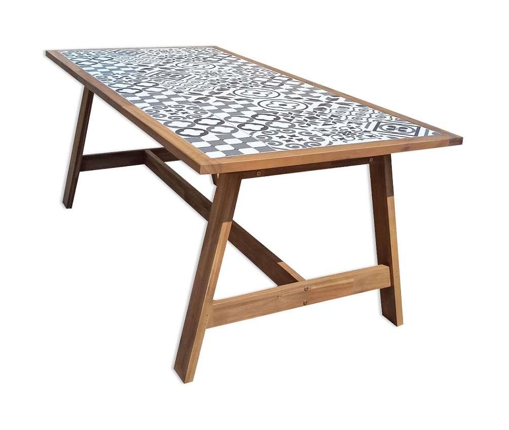שולחן עץ וקרמיקה גדול