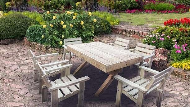 אוכלים בחוץ - שולחן ושישה כסאות
